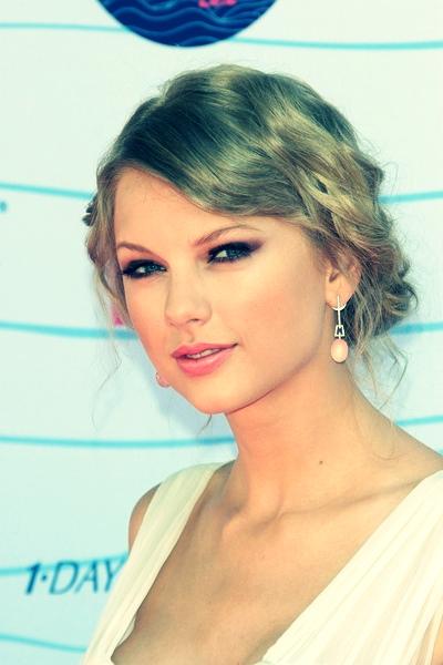 Taylor Swift bobby pin updo